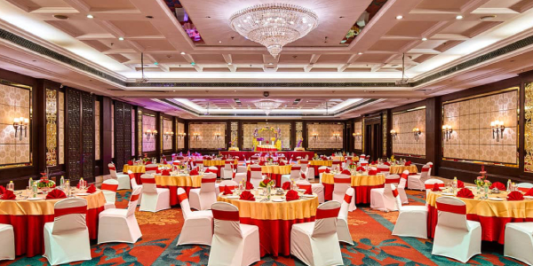 An Image of Table Setting o A Luxury Wedding Banquet Hall